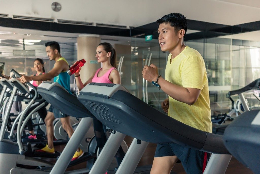 people running at the treadmill